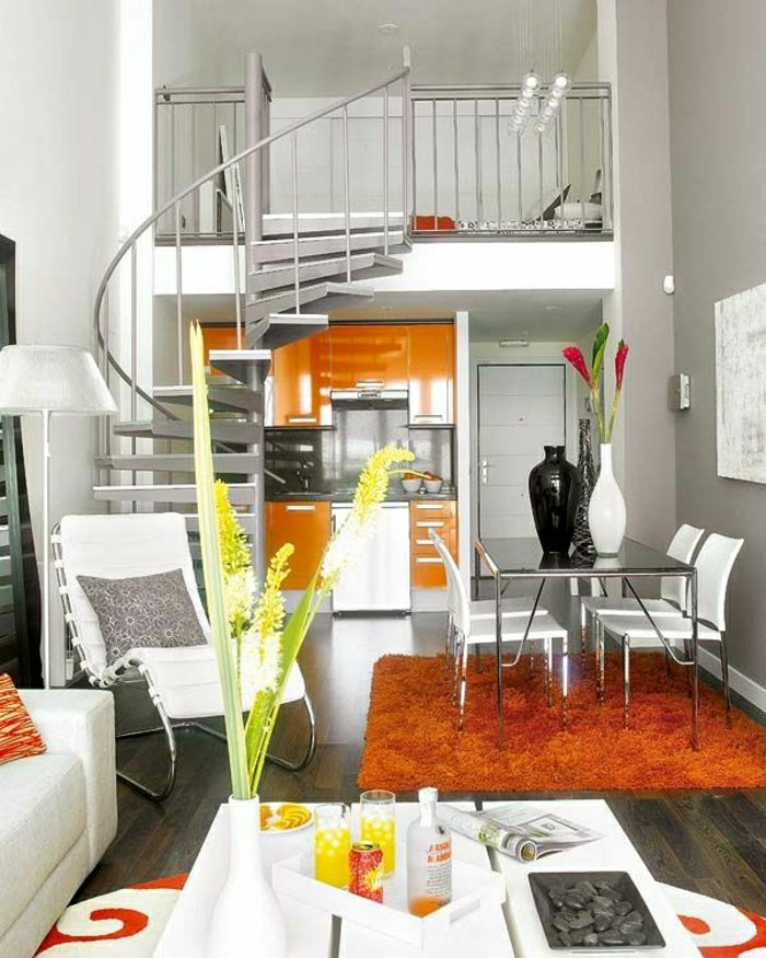sol-en-parquet-tapis-orange-escalier-élégant-tapis-orange-table-blanche-canapé-blanc