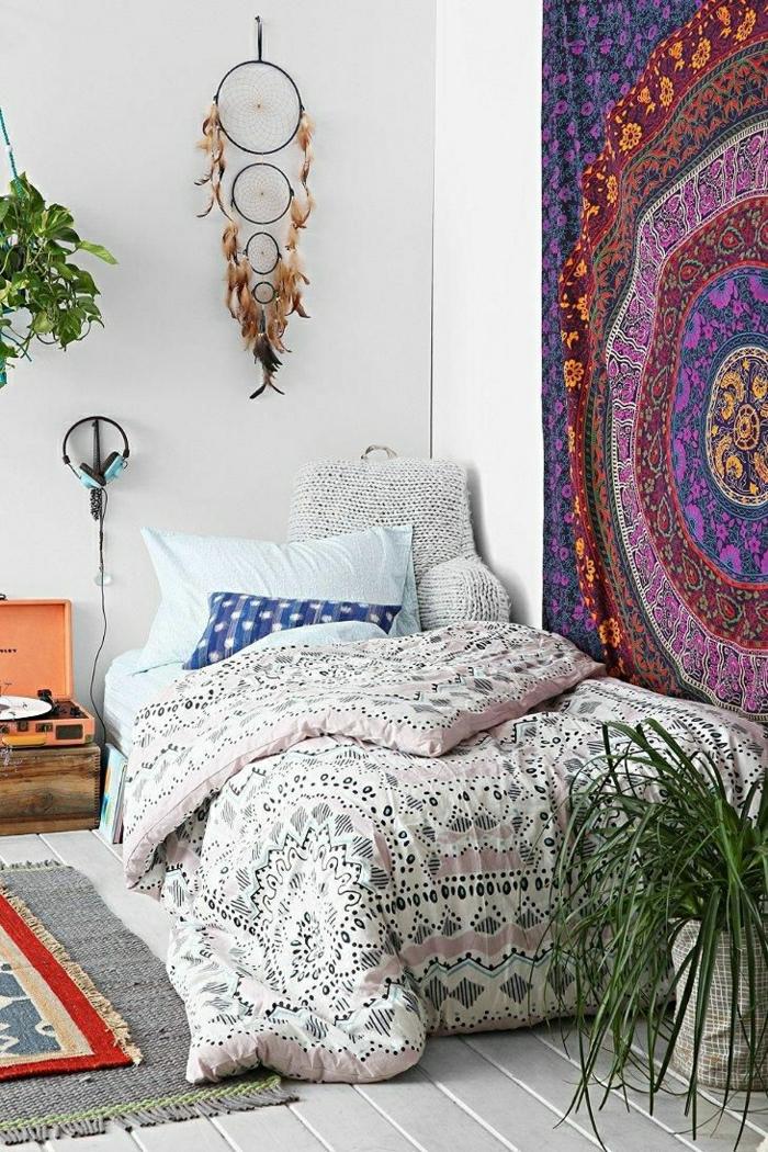 sol-en-plancher-chambre-a-coucher-descente-de-lit-gris-table-de-chevet-en-bois-linge-coloré