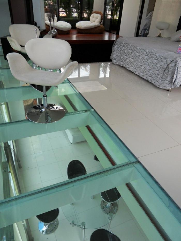 sol-en-verre-plancher-en-verre-carrelage-chaise-chambre-a-coucher-idee-maison