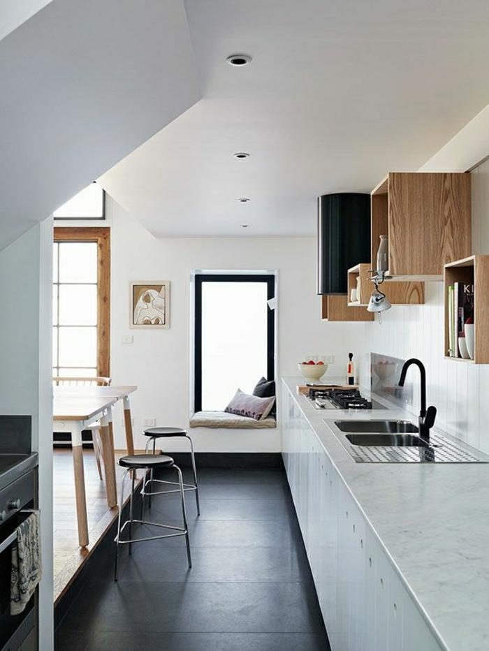 sol-noir-chaise-haute-de-bar-en-marbre-blanc-cuisine-pleine-de-lumière-fenetre-grande