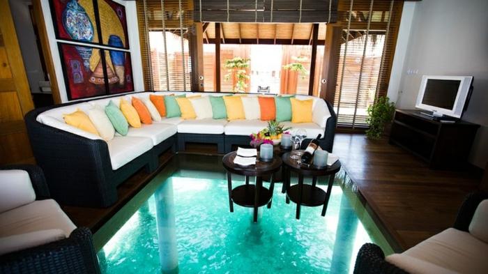 sol-transparent-plancher-en-verre-salon-moderne-coussins-colorés-canapé-blanc