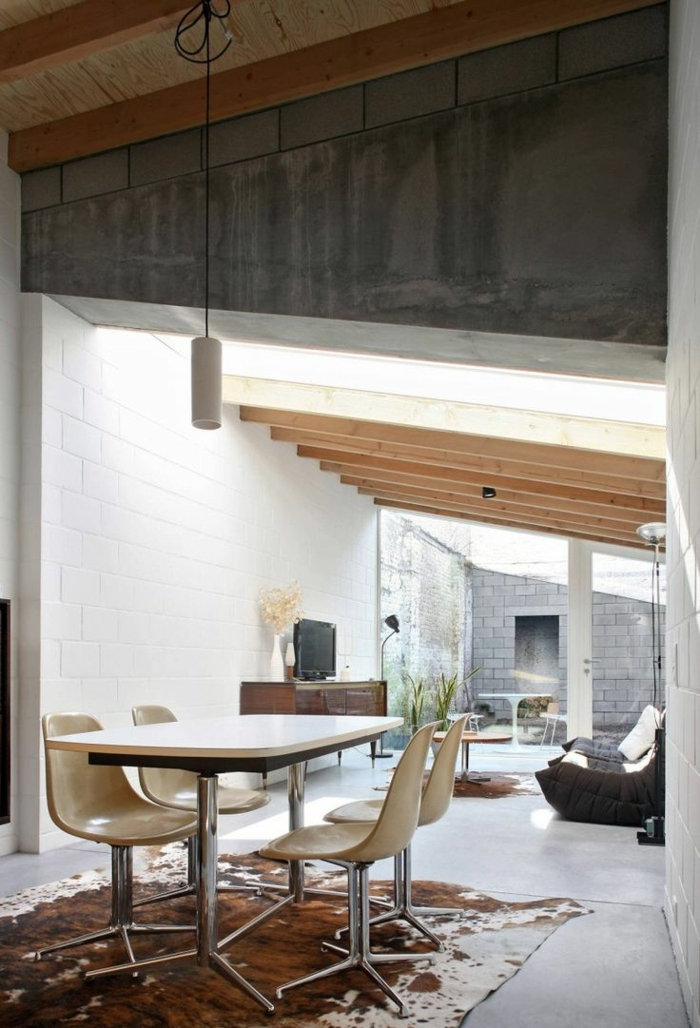 studio-mansardé-tapis-en-peau-de-bete-table-et-chaises-de-cuisine-studio-vaste
