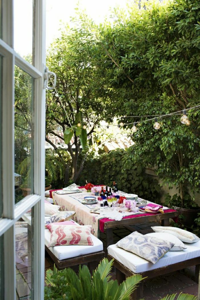 table-avec-banc-table-de-jardin-en-bois-cour-moderne-jardin-masion-plante-verte