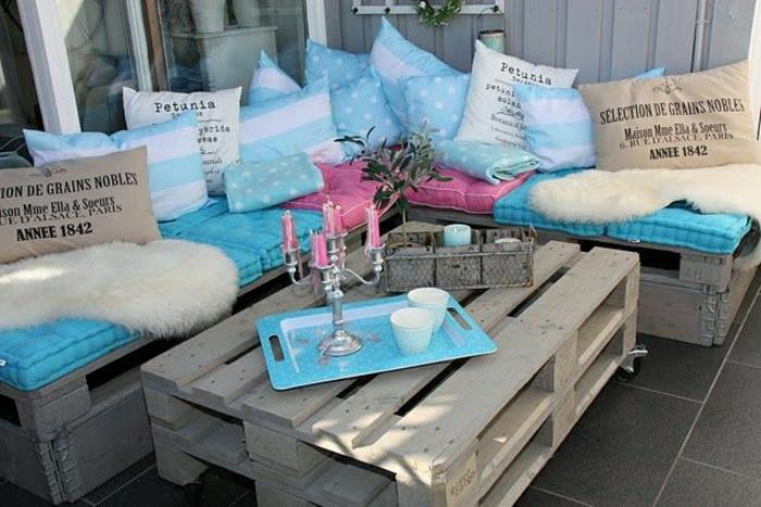 table-basse-avec-palette-idee-creative-jardin-bleu-et-bois