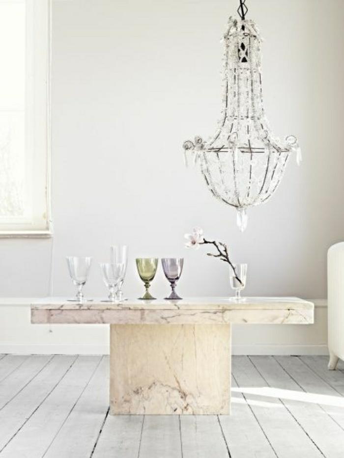 table-basse-marbre-mur-blanc-chambre-lumineuse-sol-plancher-verre-transparent-mur-blanc