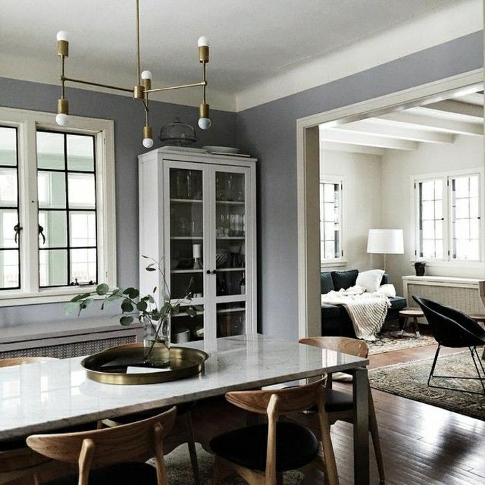 table-basse-marbre-sol-en-bois-parquet-lustre-en-or-idée-fleurs-mur-gris-bibliothèque