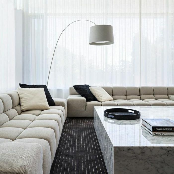 table-basse-marbre-tapis-noir-canapé-beige-lampe-de-lecture-coussins-beiges-noires