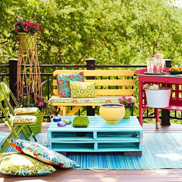 La table basse palette 60 id es cr atives pour la fabriquer - Salon de jardin colore ...