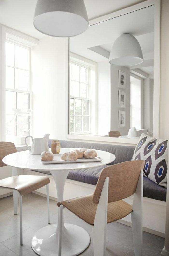 table-blanche-en-forme-de-tulipe-chaises-blanc-bois-intérieur-lumineux-salle-de-séjour