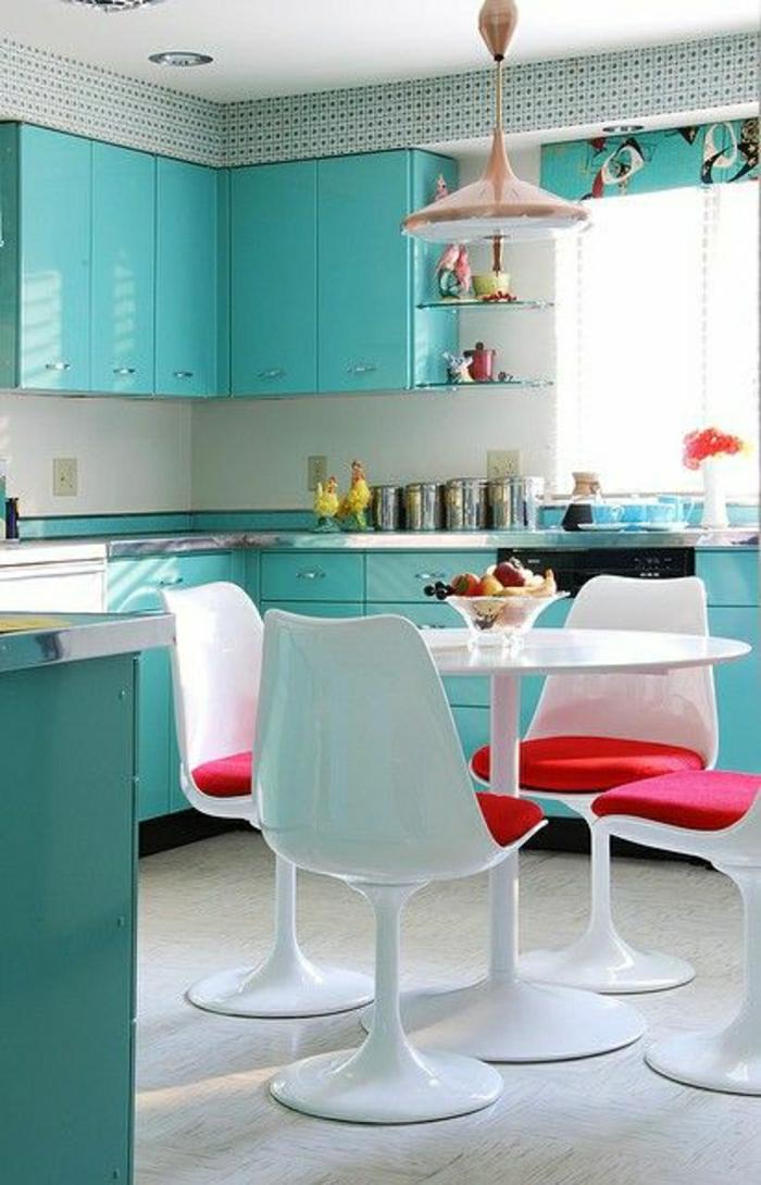table-blanche-en-forme-de-tulipe-chaises-blanc-plastique-intérieur-lumineux-bleu-cuisine