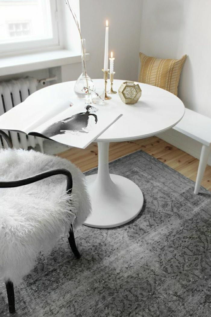 table-blanche-en-forme-de-tulipe-chaises-intérieur-lumineux-tapis-gris-sol-en-parquet