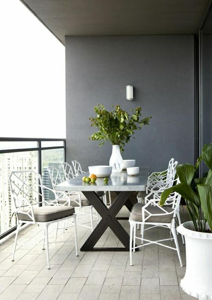 table-d-extérieur-chaise-en-fer-table-bistro-marbre-blanc-terrasse-vue-magnifique