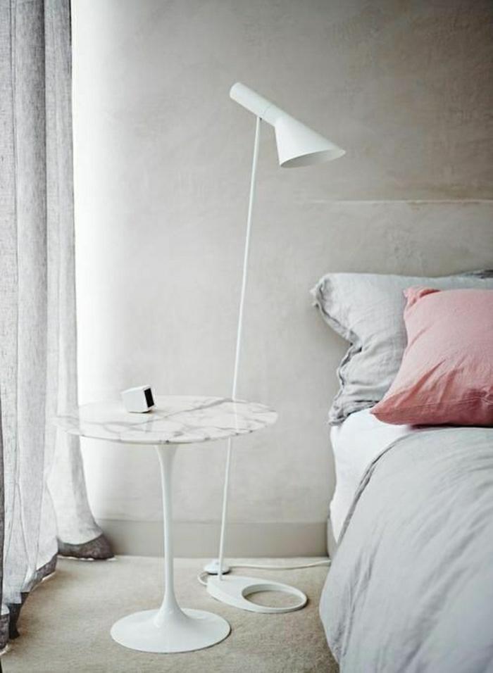 table-de-chevet-en-marbre-blanc-tapis-beige-rideaux-longs-chambre-a-coucher