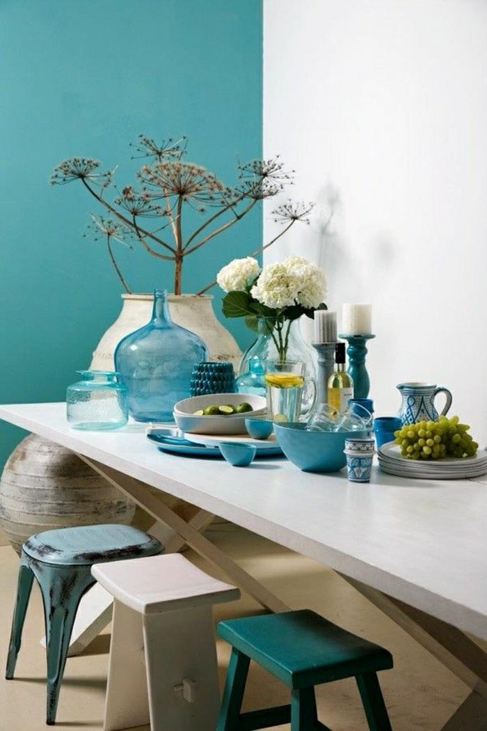 table-de-cuisine-en-bois-chaises-bleu-ciel-mur-turqoise-décoration-de-la-table