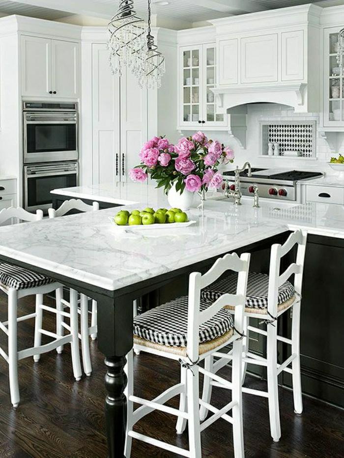 table-de-cuisine-en-marbre-fleurs-sur-la-table-intérieur-sol-en-parquet-en-bois-chaise-en-bois