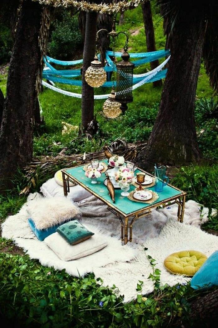 table-de-jardin-picnic-pelouse-vert-coussins-tapis-beige-décoration-table-fer-forgé