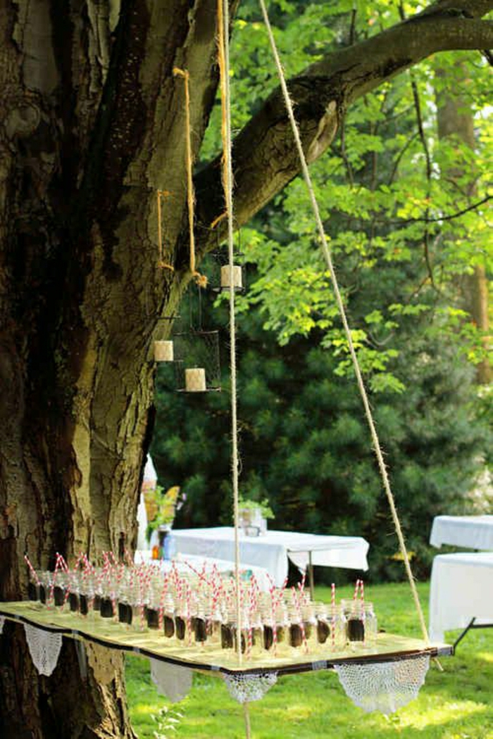 table-de-picnic-en-bois-arbre-table-suspendu-pelouse-verte-arbre-jardin-vert