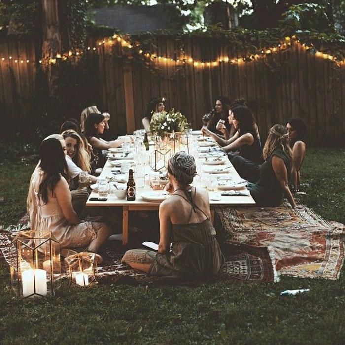 table-de-picnic-table-basse-en-bois-table-de-jardin-fleurs-table-en-bois-gens