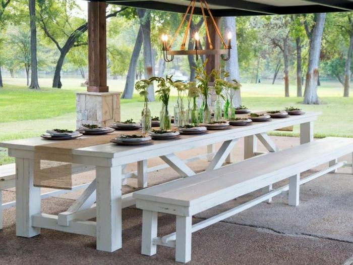table-de-pique-nique-table-avec-banc-en-bois-blanc-déjeuner-en-dehors