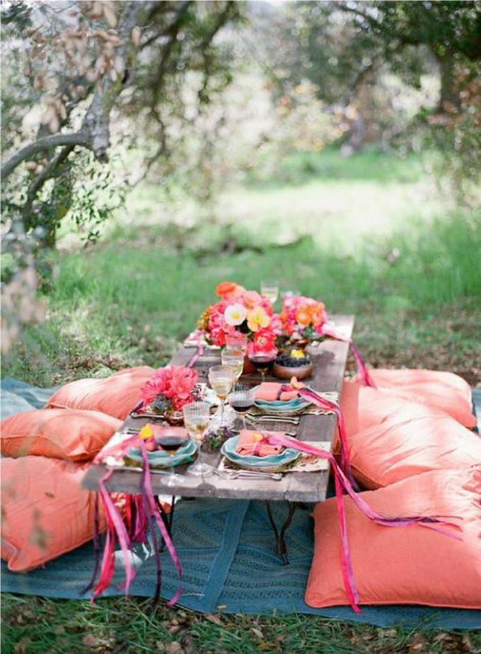 table-de-pique-nique-table-basse-de-jardin-coussins-roses-jardin-manger
