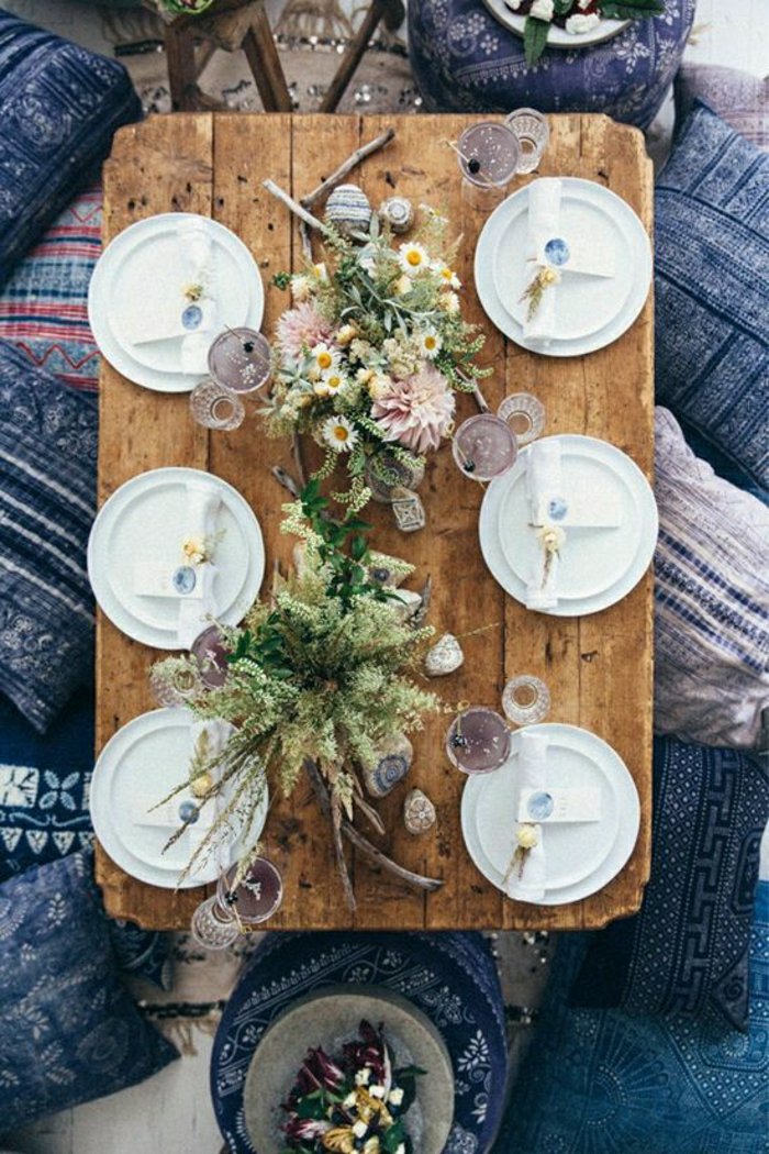 table-de-pique-nique-table-basse-en-bois-décoration-fleurs-sur-la-table