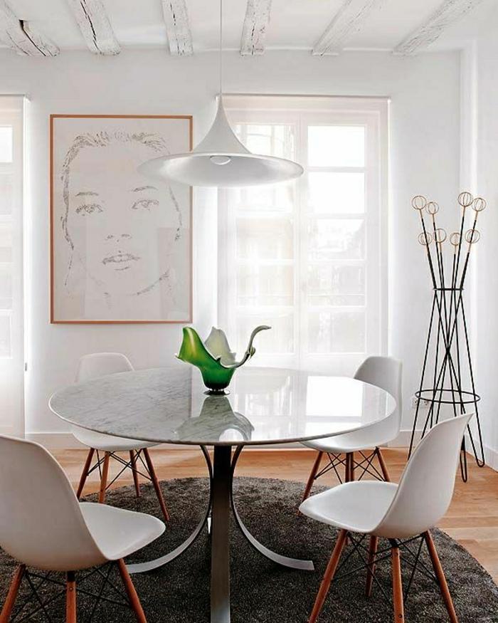 table-en-marbre-blanc-table-de-salon-fleurs-mur-avec-peintures-murales-tapis-beige