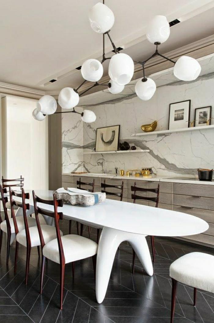 table-en-marbre-sol-parquet-noir-chaise-blanche-plafond-blanc-lustre-blanc-sol-noir