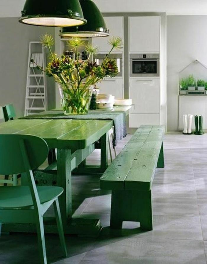 table-et-banc-en-en-bois-vert-décoration-sur-la-table-en-bois-vert-table-intérieur