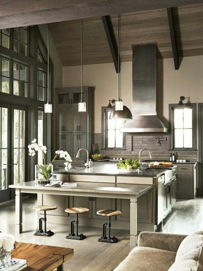 table-haute-de-cuisine-avec-fleurs-sol-en-lin-gris-canapé-gris-lustre-fleurs-chaises-en-bois-fer
