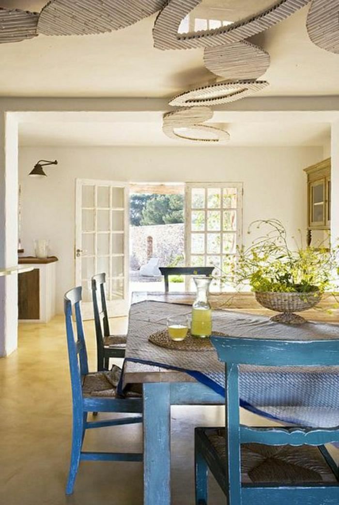 table-haute-de-cuisine-en-bois-chaise-en-bois-haute-cuisine-pleine-de-lumière