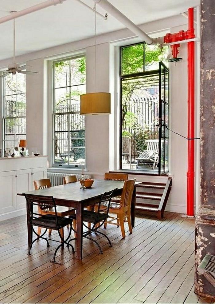 table-haute-de-cuisine-en-bois-massif-chaise-en-bois-table-en-bois-sol-en-parquet