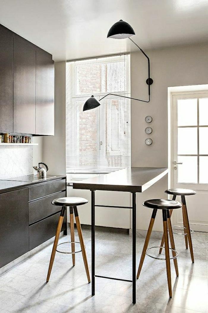 table-haute-de-cuisine-meuble-en-bois-foncé-cuisine-pleine-de-lumière-carrelage