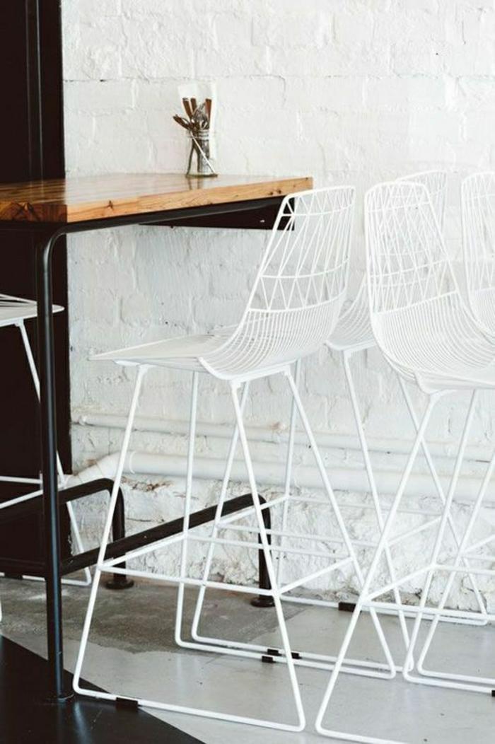 table-haute-de-cuisine-mur-de-briques-blancs-chaise-en-fer-blanc-table-en-bois-massif