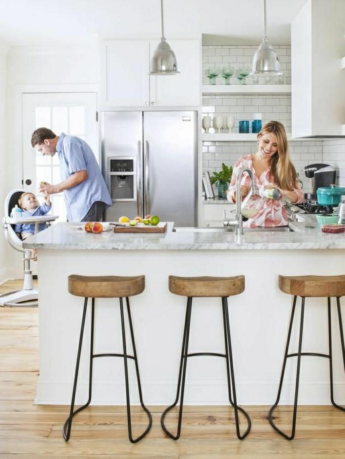 table-haute-de-cuisine-table-de-mabre-bar-de-cuisine-chaise-en-fer-bois-sol-en-parquet