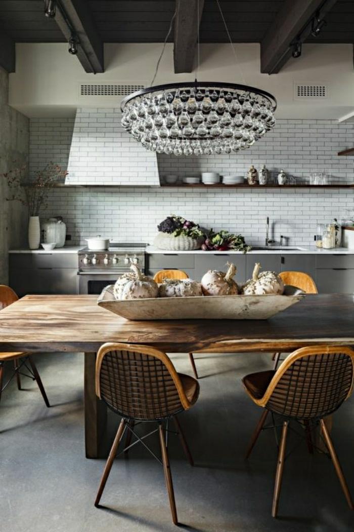 table-haute-en-bois-lustre-baroque-mur-carreage-plafond-en-bois-noir-table-salle-a-manger