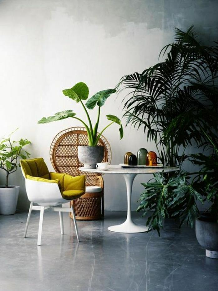 table-marbre-blanche-plante-verte-sol-gris-chaise-jaune-mur-blanc-sol-gris-plante-verte