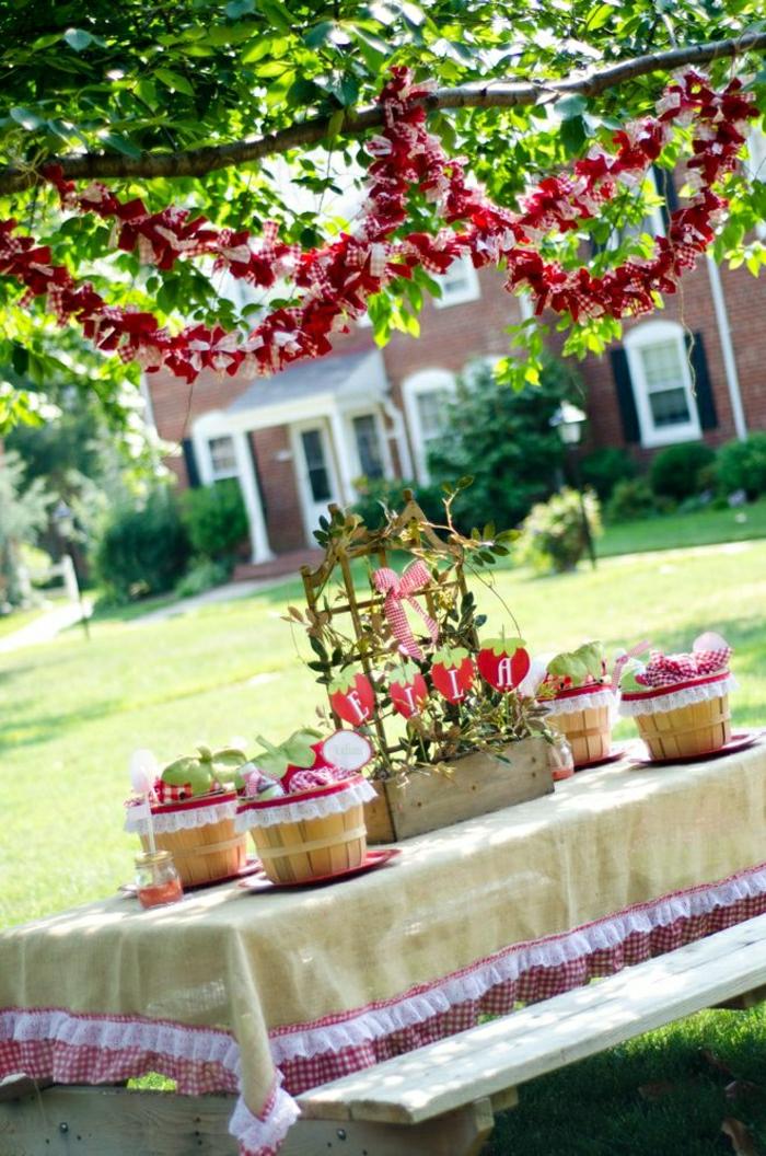 table-picinc-bois-décpration-de-jardin-pelouse-arbre-vert-décoration