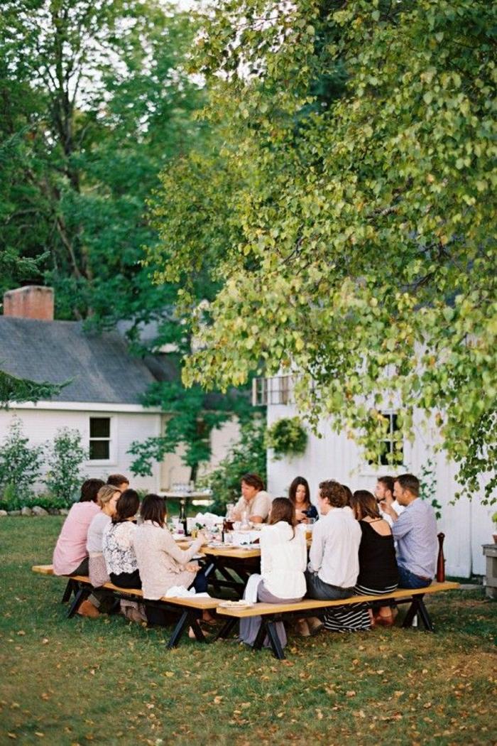 table-picnic-en-bois-jardin-pelouse-vert-déjeuner-dans-le-jardin-gens-cour