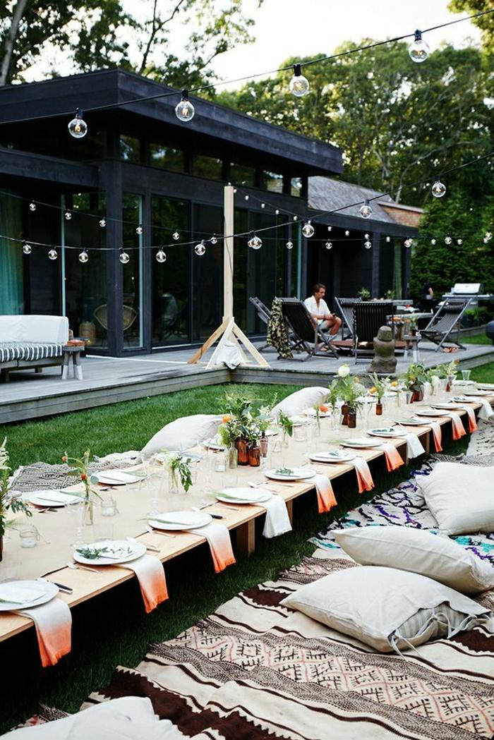 table-picnic-pelouse-vert-table-basse-coussins-décpratifs-table-basse-en-bois