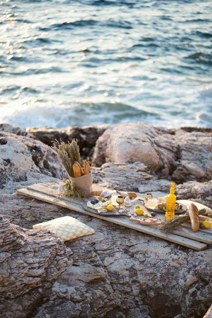 table-picnic-sur-la-plage-belle-vue-table-en-bois-fleurs-sur-la-table-picnic