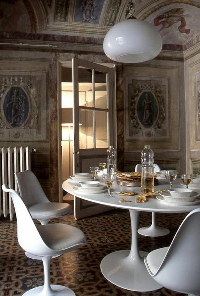 table-pied-tulip-plastique-blanche-salle-de-séjour-moderne-lustre-blanche-chaise-en-plastique
