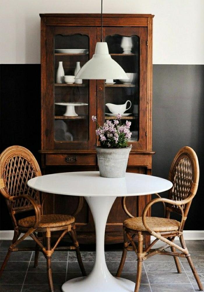 table-pied-tulip-sol-gris-lustre-chambre-pleine-de-lumière-lustre-blanc-chaise-en-bois