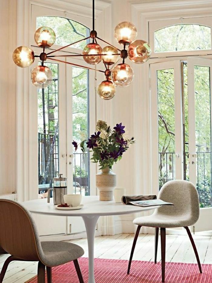table-pied-tulip-tapis-rouge-lustre-fenetre-grande-chambre-pleine-de-lumière