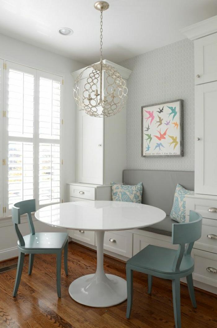 table-ronde-blanche-table-tulipe-chaises-en-bois-bleu-ciel-lustre-insolite-blanc-parquet