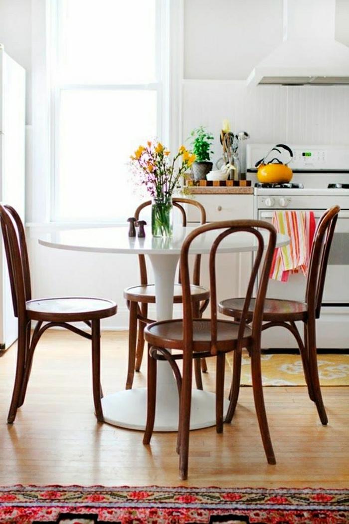 table-ronde-blanche-table-tulipe-tapis-coloré-sol-en-parquet-fleurs-sur-la-table