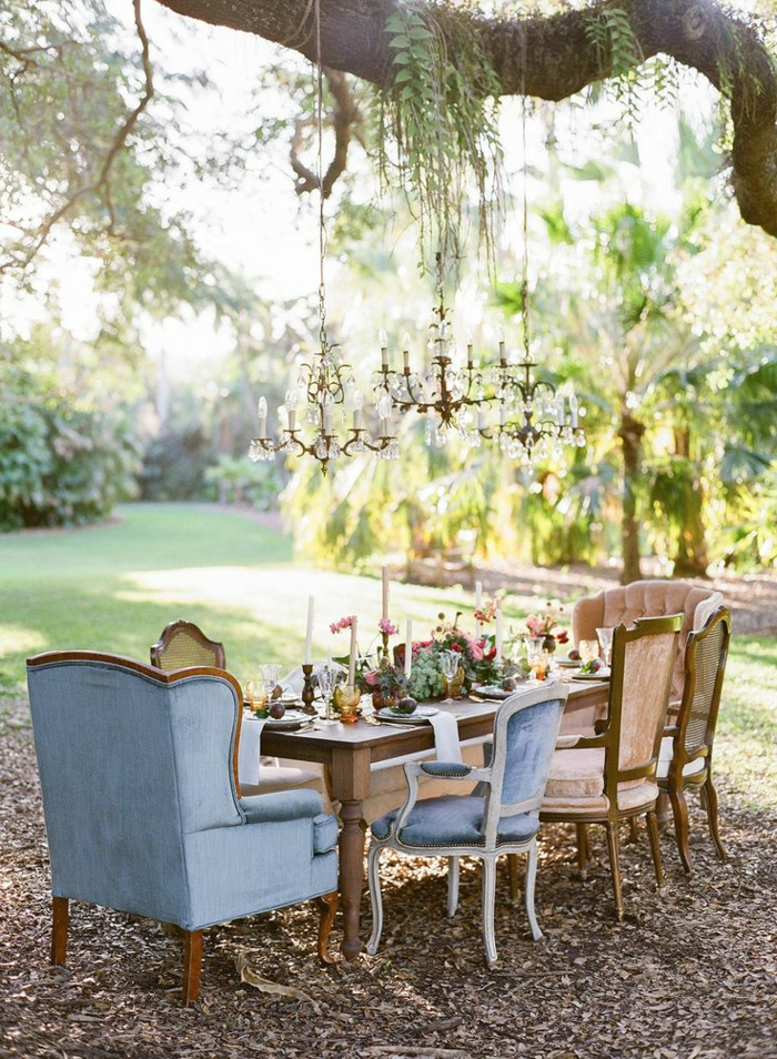 table-rustique-fleurs-de-jardin-aménagement-de-jardin-meuble-en-chene-massif-chaises-rustiques