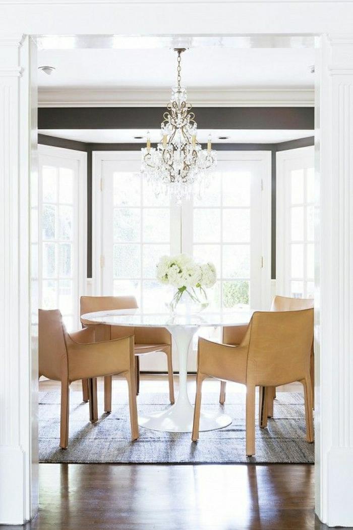 table-saarinen-blanche-parquet-chambre-de-luxe-lustre-baroque-tapis-sur-le-sol-fleurs