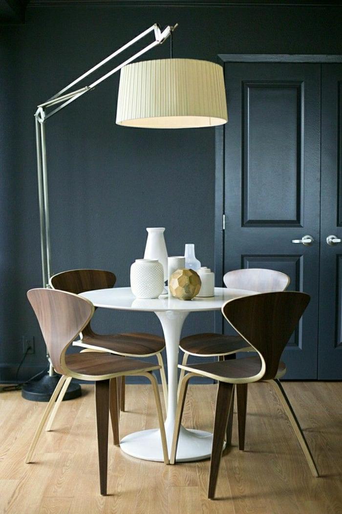 table-saarinen-blanche-parquet-mur-gris-parquet-en-bois-chaise-en-bois-chaise-butterfly