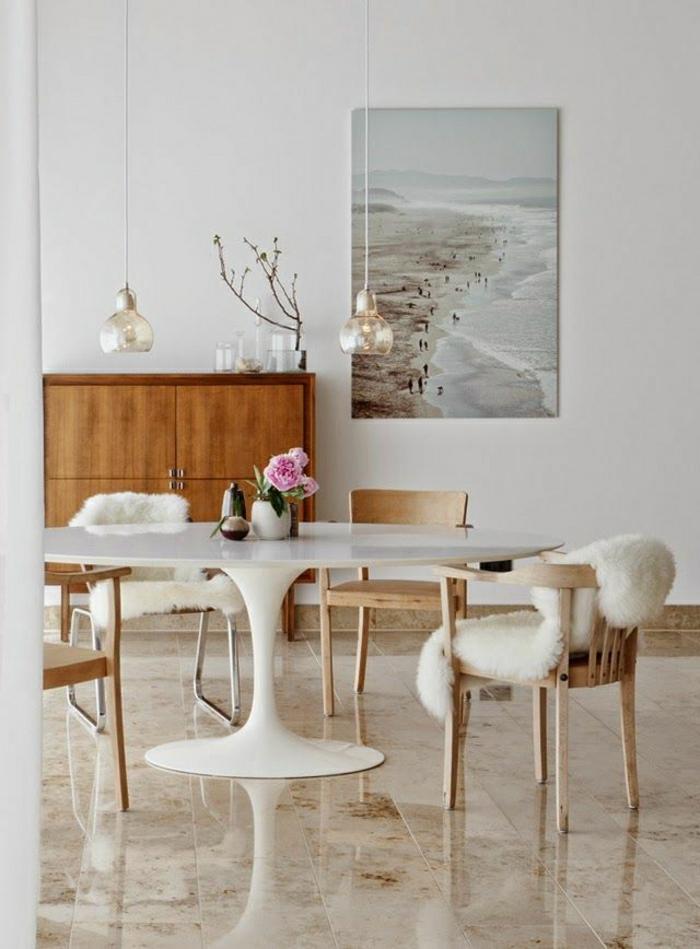 table-saarinen-carrelage-meubles-fleurs-sur-la-table-blanche-salle-de-séjour