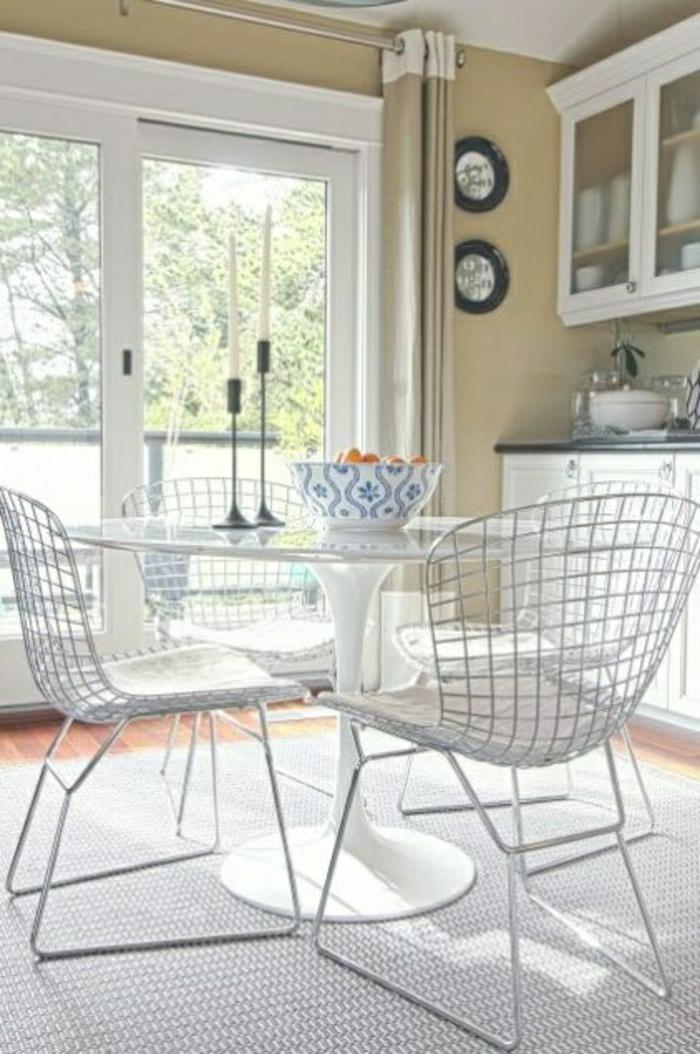 table-tulip-chaises-blanches-moquette-gris-table-blanche-plastique-chaise-blanche-en-fer